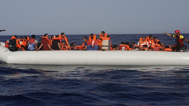 På denna arkivbild från 2018 ses migranter och flyktingar från Libyen och företrädare för flyktingorganisationen Open Arms. Foto: Renato Brito/TT.