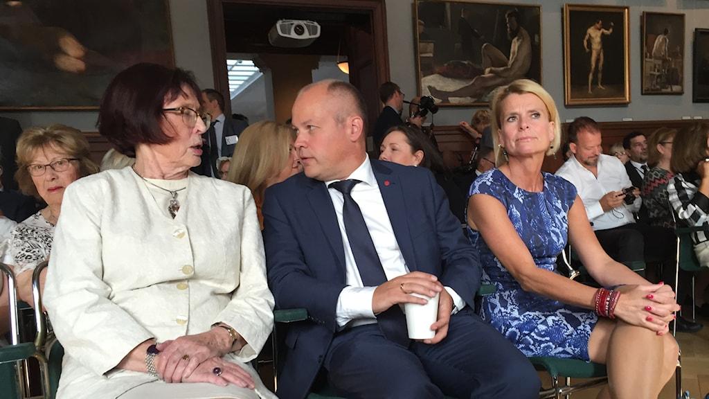 Birgitta Dahl och Morgan Johansson samtalar vid den sekulära ceremonin i Konstakademin i Stockholm. Till höger Åsa Regnér (S). Foto: Frank Radosevich/Sveriges Radio.