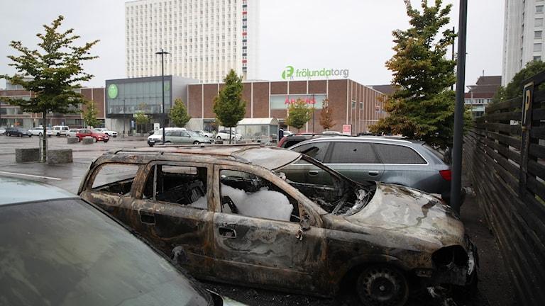 Vid halv ett uppgav både polis och räddningstjänst att samtliga bränder var släckta och polisen utreder just nu om bränderna har någon koppling till varandra.