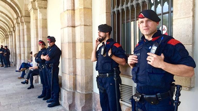 Katalanska poliser utanför regionparlamentet i Barcelona.