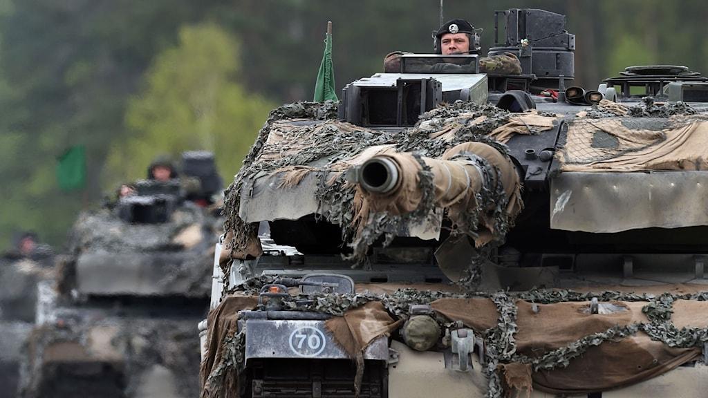 Tysk stridsvagn med soldater.