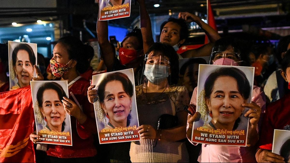 Valskyltar på Myanmars ledare Aung San Suu Kyi.