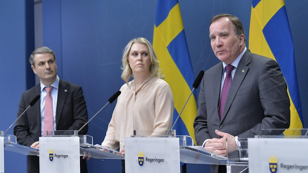 Näringsminister Ibrahim Baylan, socialminister Lena Hallengren och statsminister Stefan Löfven på fredagens presskonferens.