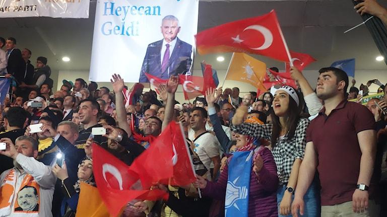 Flaggviftande åhörare på AKP:s kongress.