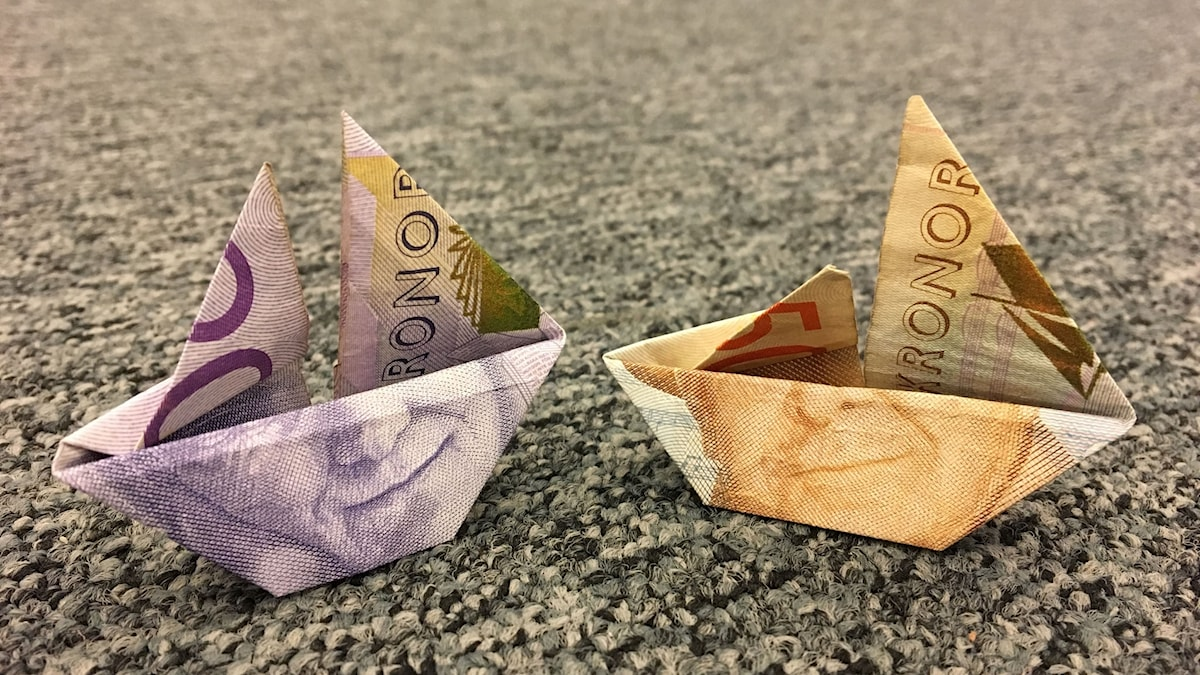Två origamibåtar av vikta sedlar.