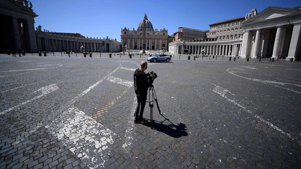 Folktomt utanför Peterskyrkan i Rom.