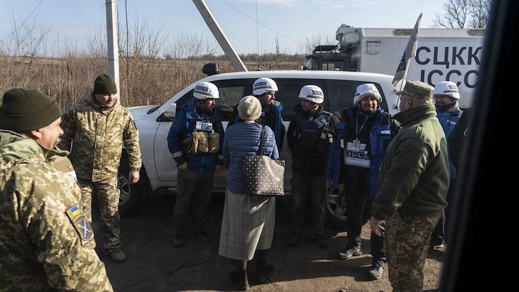 Ukrainsk militär i samtal med OSSE-observatörer i Luhansk.