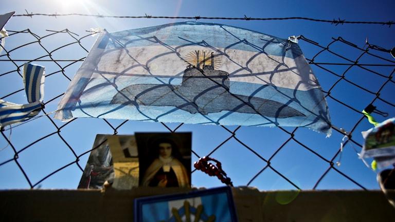 En argentinsk flagga med en bild på en ubåt.
