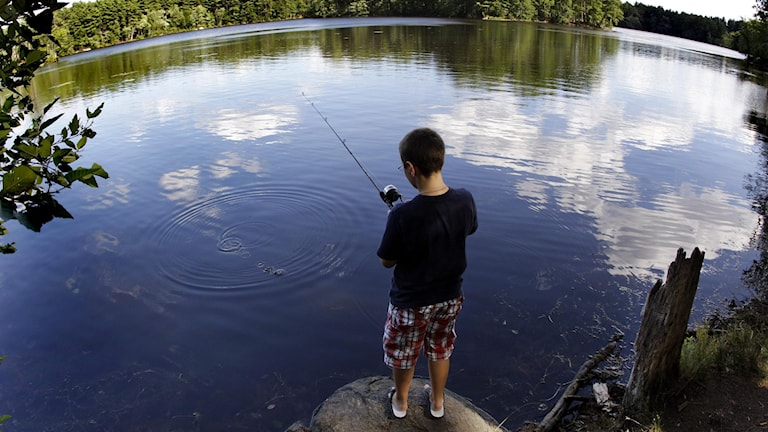 Pojke som fiskar.§