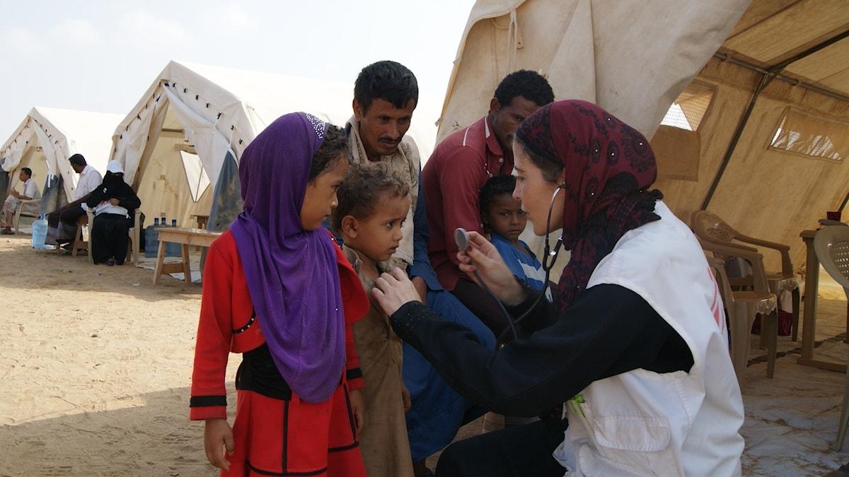 En sjuksköterska från Läkare utan gränser ger vård till barn i Jemen.