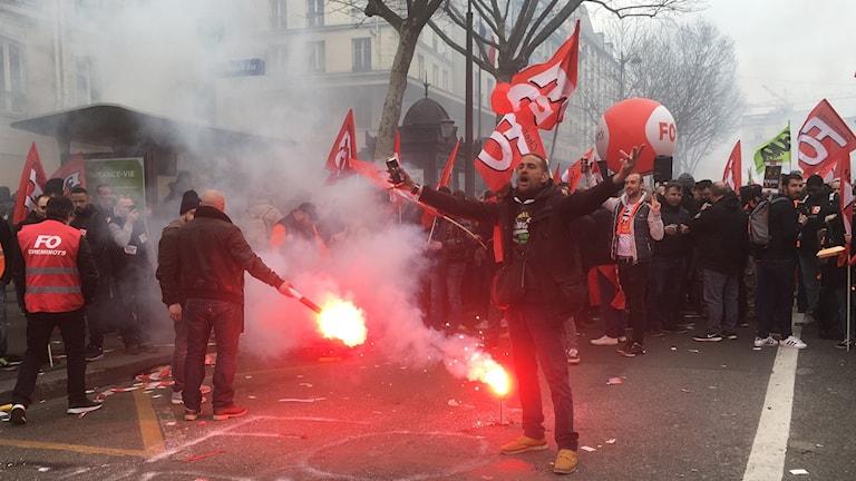 I Paris strejkar järnvägsarbetare mot regeringen Macrons reformer och bristen på dialog i förhandlingarna.