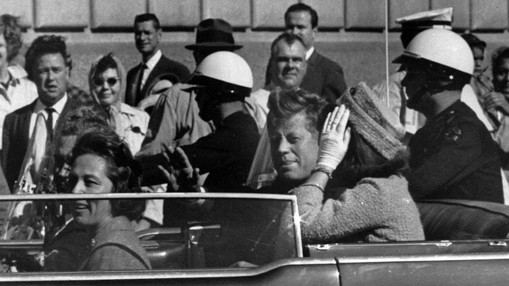 President John F Kennedy och i bil i Dallas.