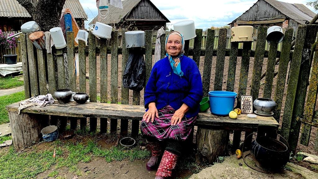 Vera sitter på sin bänk. Hon är 88 och var i tioårsåldern när Belarus ödelades under andra världskriget. Hon tittar på statligt kontrollerad tv och är livrädd för att det ska bli krig igen i Belarus på grund av demonstrationerna.