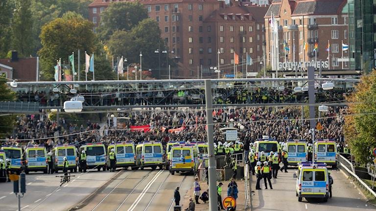 Polis stoppar motdemonstranter