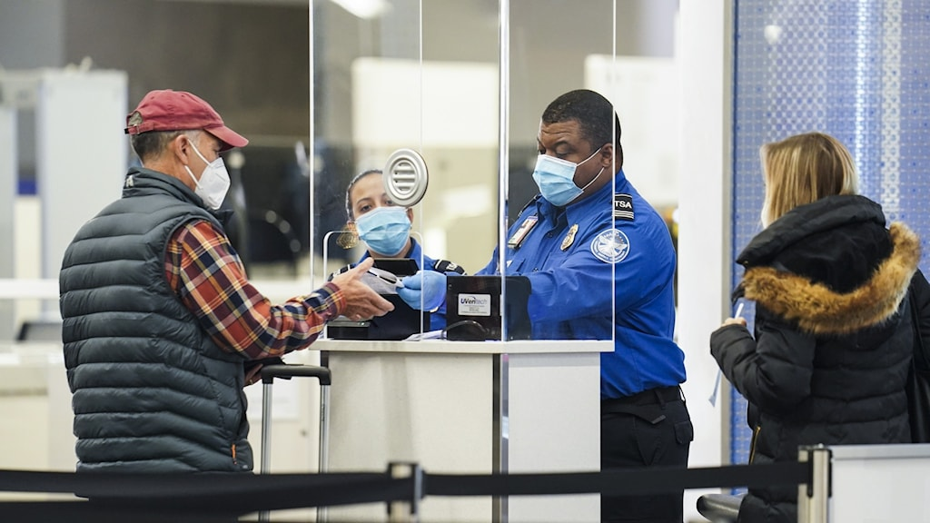 personer vid flygplatskontroll.