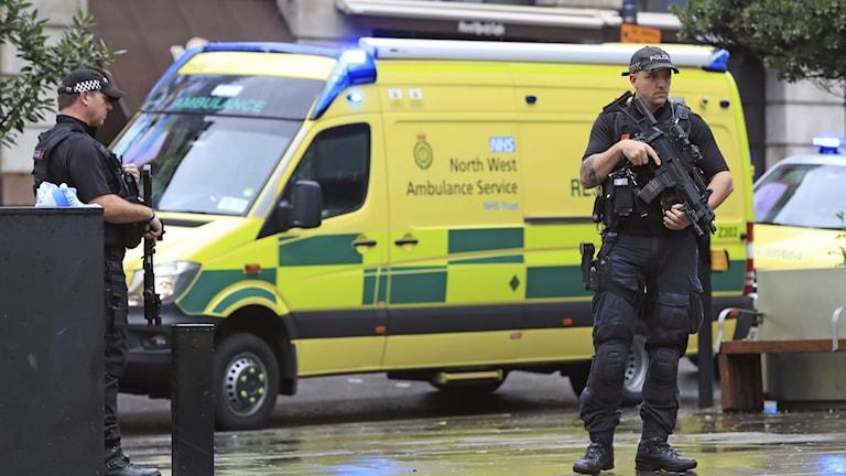 Polisen utanför Arndale Centre i Manchester