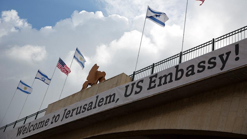 En banderoll på en bro som hälsar USA:s ambassad välkommen till Jerusalem.