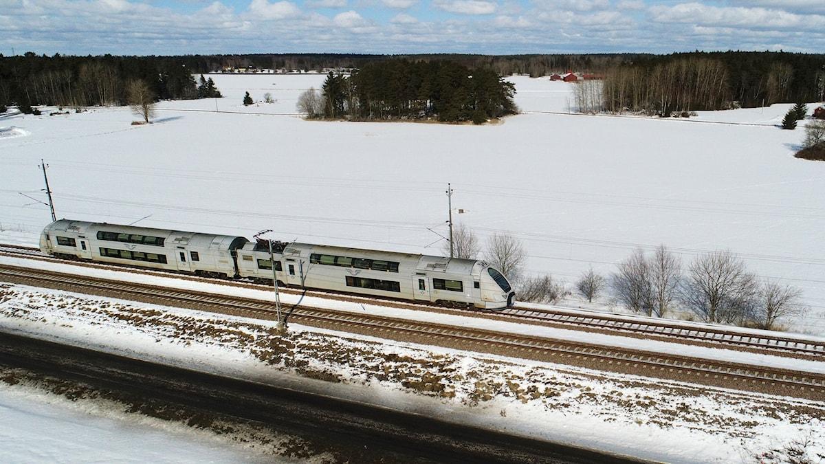 Ett grått tåg.