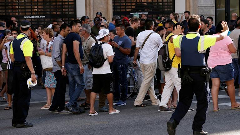 Människor motas bort från Las Ramblas.