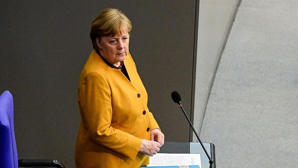 Angela Merkel i en gul kavaj.