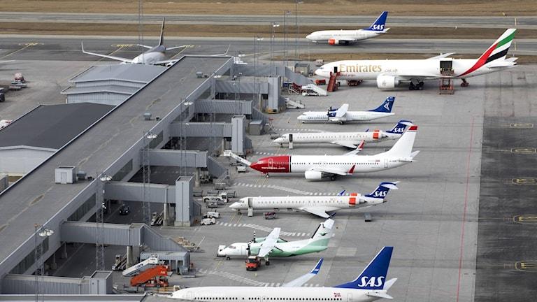 Flygplan på en flygplats.
