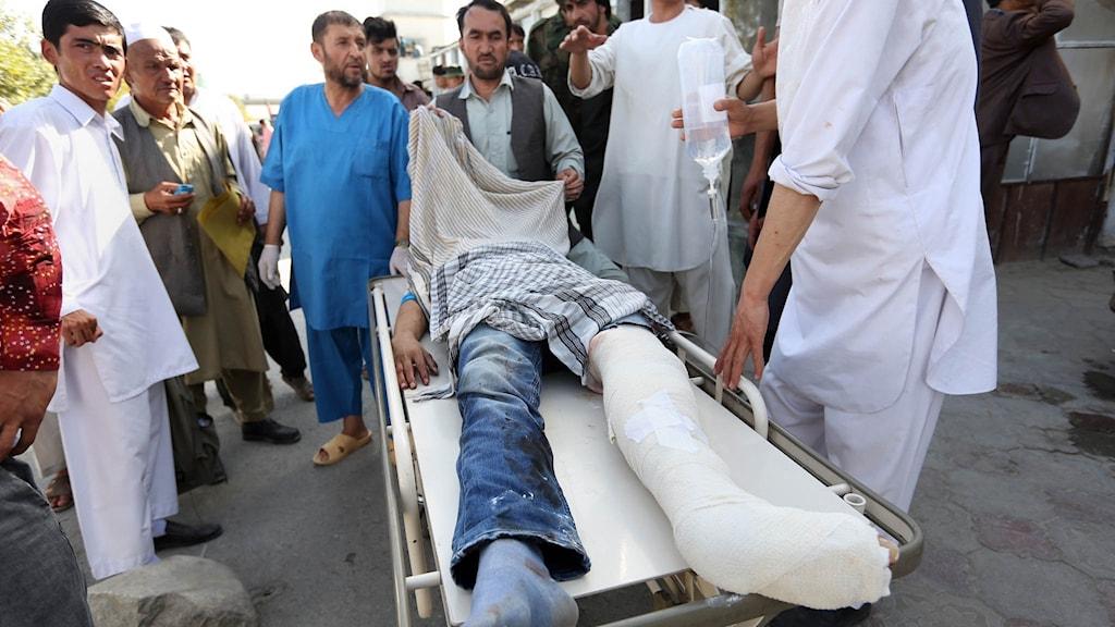 En skadad man efter explosionen vid en demonstration i Kabul på lördagen.