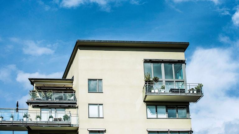 Lägenhetshus med balkonger