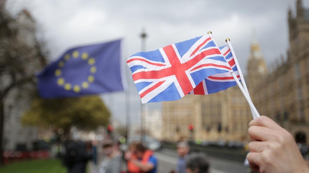 Bilden visar EU-flaggan och Storbritanniens flagga.