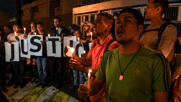 Oppositionella i Venezuela demonstrerar utanför polisstationen i Caracas.
