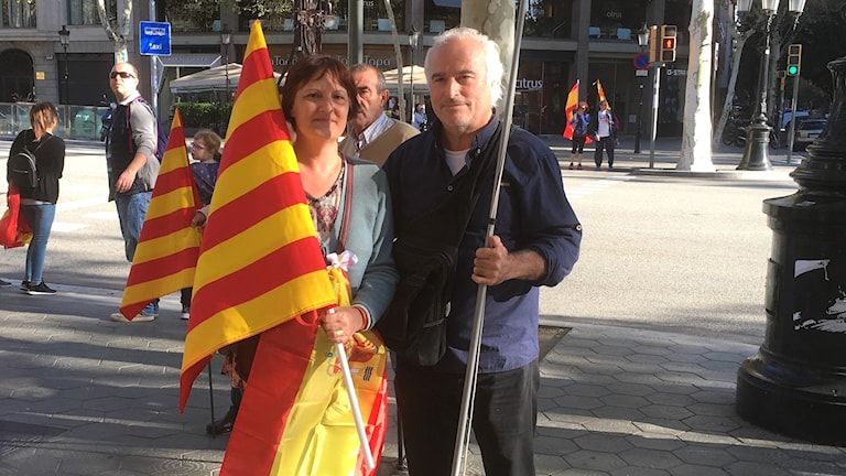 Kvinna och man med flaggor.