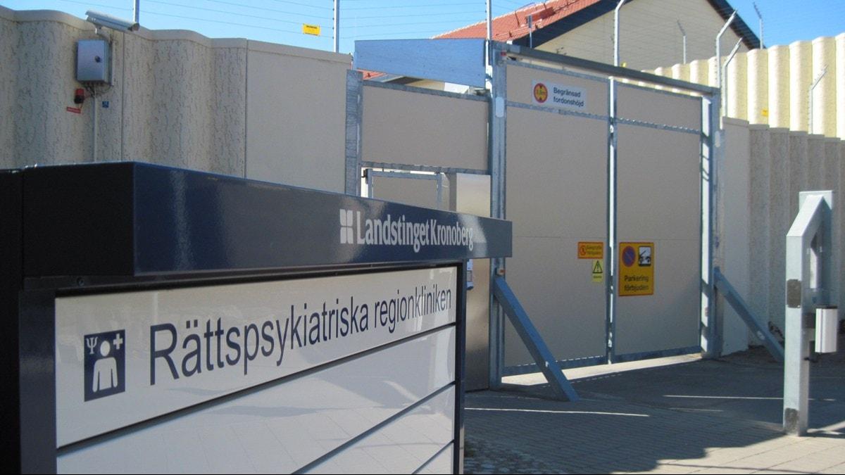 """Skylt med texten """"Rättspsykiatriska regionkliniken i Kronoberg""""."""