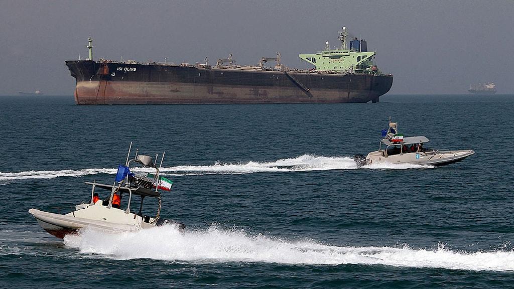 En oljetanker ligger utanför hamnen i Bandar Abbas i södra Iran. Foto: Atta Kenare/Scanpix.