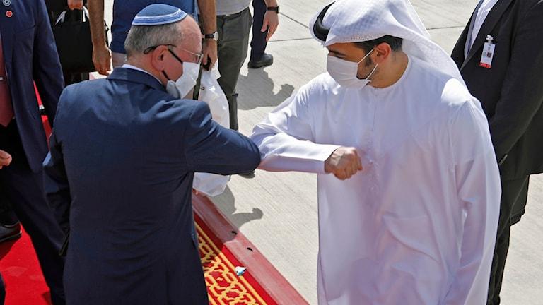 Diplomatiska representanter från israel och Förenade Arabemiraten gör coronahälsning