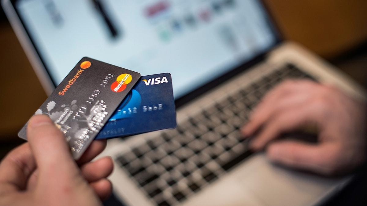 Bankkort framför datorskärm.