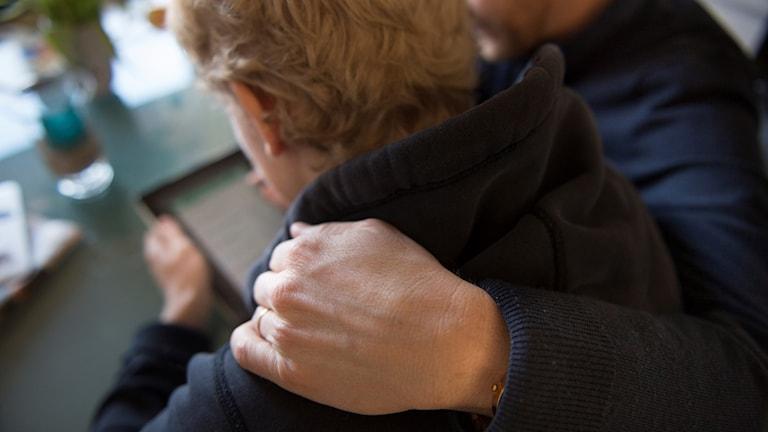 En äldre man pratar med en yngre kille.