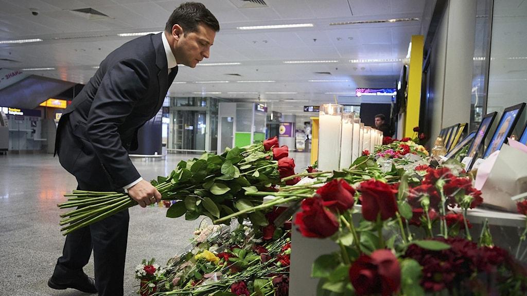Vi måste vara återhållsamma, tålmodiga och kloka, uppmanade den ukrainske presidenten Volodymyr Zelenskyj idag, under den officiella sorgedagen när alla flaggor är på halv stång.