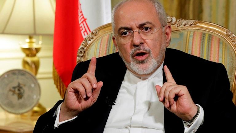 Irans utrikesminister Mohammad Javad  Zarif sittandes i en karmstol.