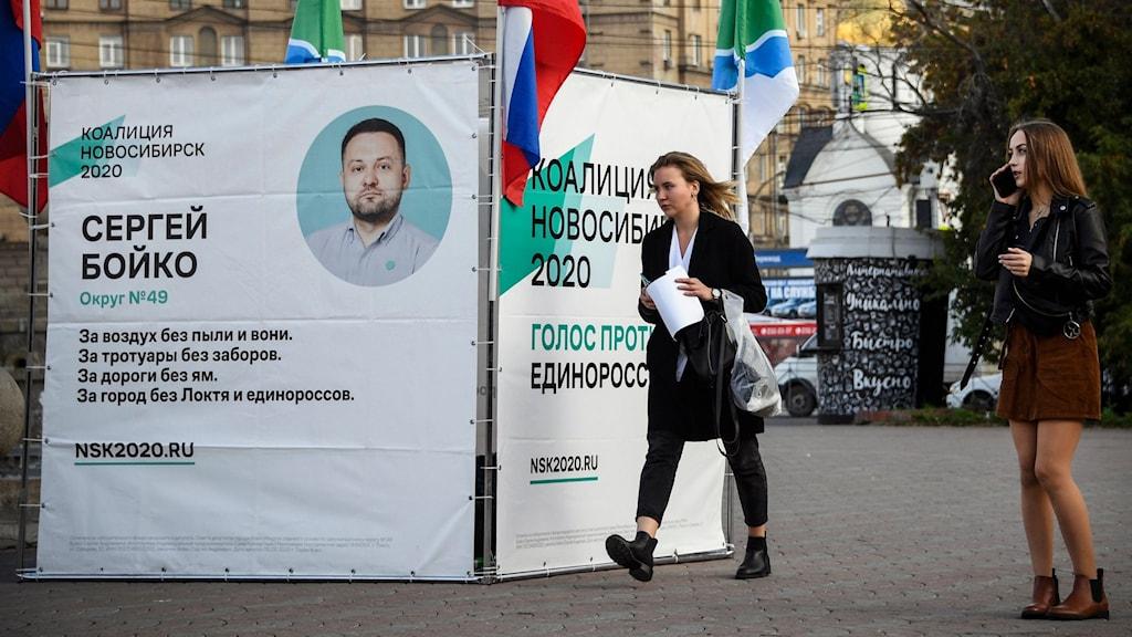 Ryska flaggor och valtält för oppositionspolitikern Sergej Bojko