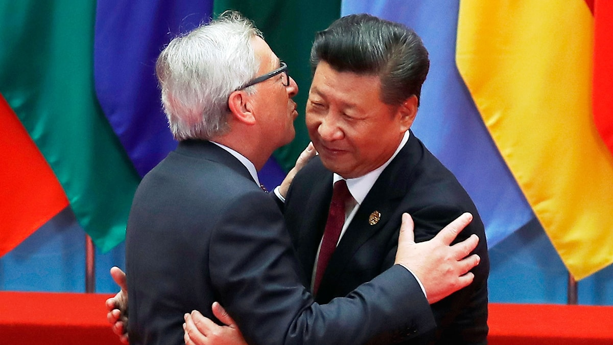 Jean-Claude Juncker och Kinas president Xi Jinping kramar om varandra.