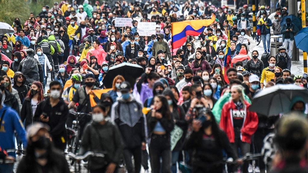 Många personer som deltar i en demonstration.