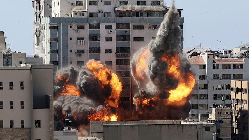 En byggnad i Gaza city som inrymde flera internationella medier bombades av Israel.