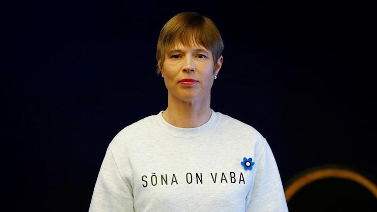 President Kersti Kaljulaid bar en vit tröja med en text på estniska som hyllade det fria ordet, vilket tolkas som ett ställningstagande för yttrandefriheten.