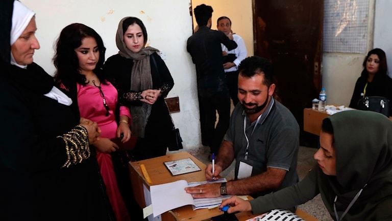 Irakiska kurder röstar i en vallokal i Arbil.