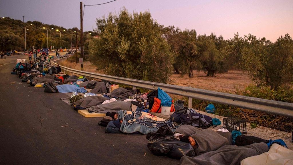 Människor sover längs med vägarna på Lesbos. Tusentals har inte längre tak över huvudet efter branden.
