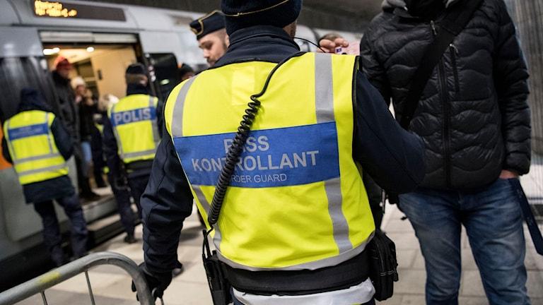 Polis och passkontrollanter på väg ombord för att kontrollera ett Öresundståg på station Hyllie utanför Malmö