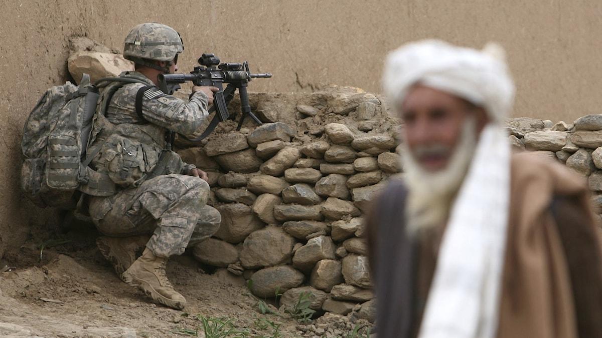 Amerikanska soldater och en afghansk man