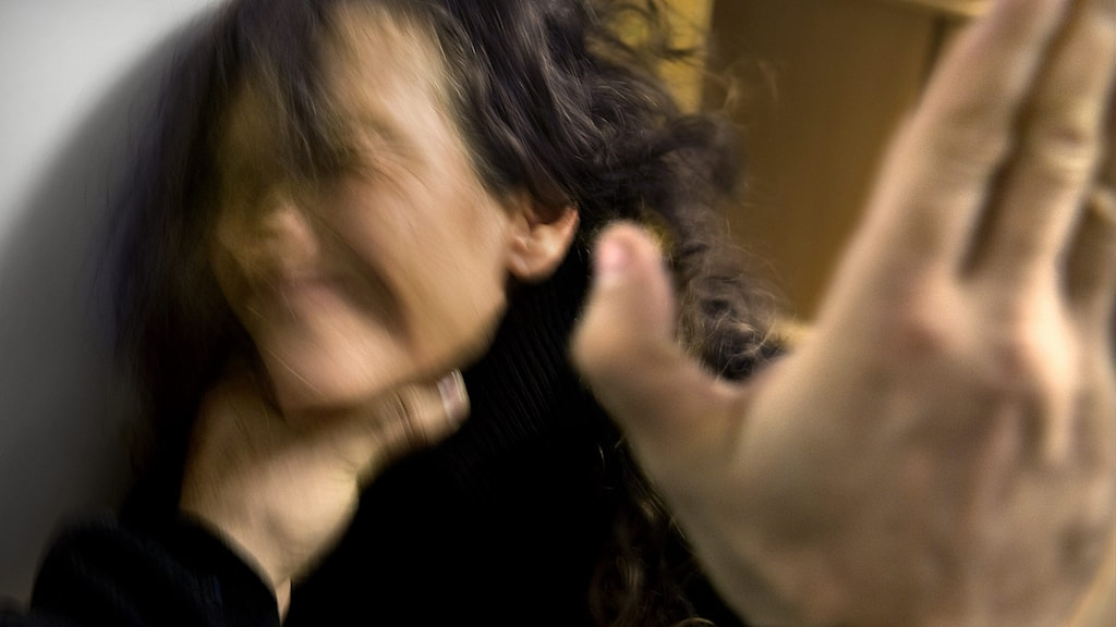 Kvinna blir misshandlad.