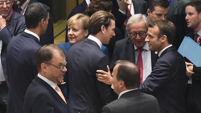 EU-ledarna skakar hand.