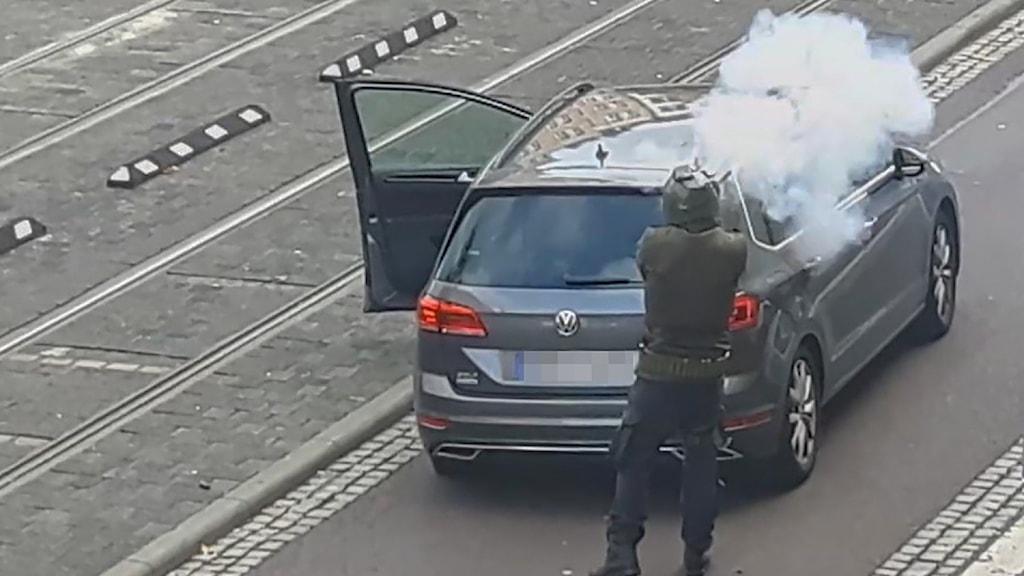 En person skjuter utanför synagogan.