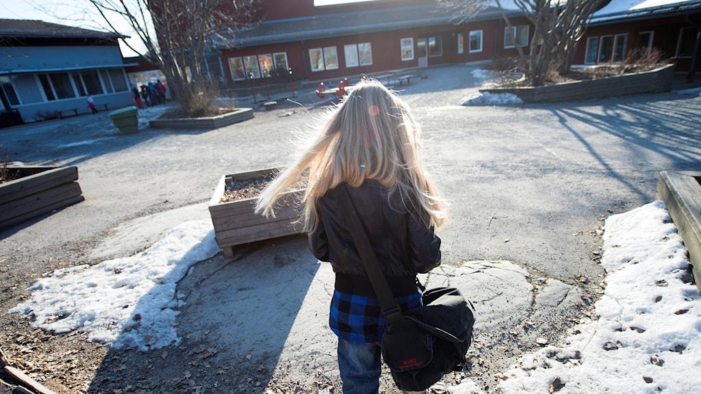 En flicka på en skolgård.